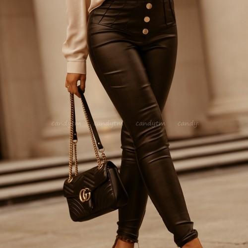Efektowny look z woskowanymi spodniami